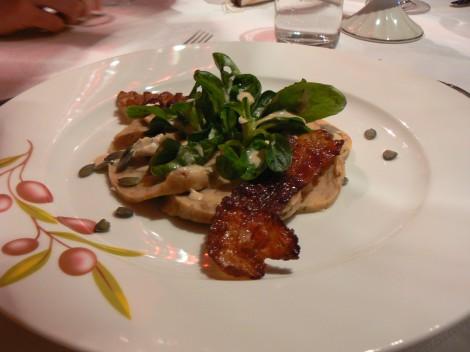 Brezenknödelcarpaccio an lauwarmer Roquefort-Kürbiscreme mit gerösteten, hauchdünnen Speckscheiben und Feldsalat