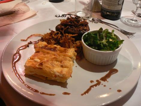 Zartes Rinderfilet an Portwein-Thymian-Glace mit knusprigen Röstzwiebeln und Kartoffel-Knoblauch-Gratin