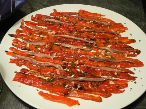 Carpaccio aus gegrillten Paprika mit Sardellen und viel Knoblauch