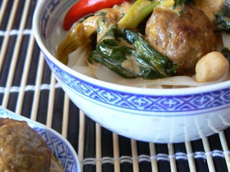 Asiatische Hackbällchen in Kokos-Spinat-Sauce