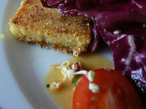 Polenta-Croutons auf Radiccio-Rucola-Salat mit Passionsfruchtvinaigrette