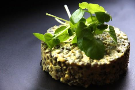 Skrei auf Ingwer-Curry-Linsen mit Vitelotten