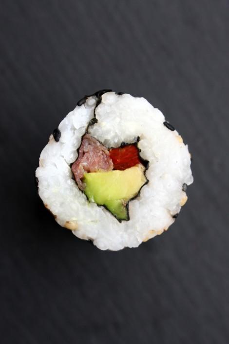 Sushi mit Parmaschinken, Avocado und getrockneter Tomate